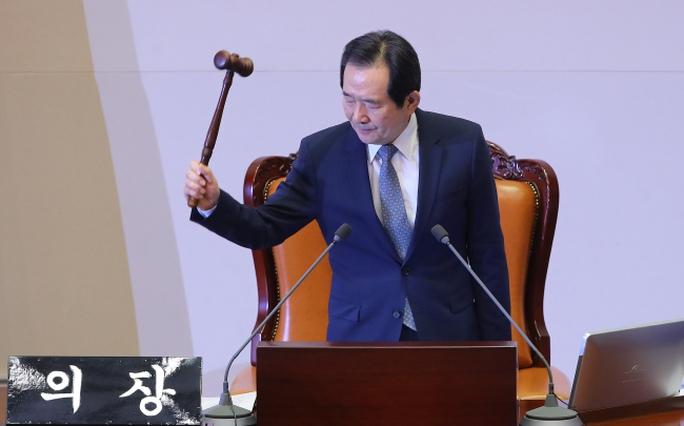 Chủ tịch quốc hội Chung Sye-kyun tuyên bố thông qua đề xuất luận tội. Ảnh: Yonhap