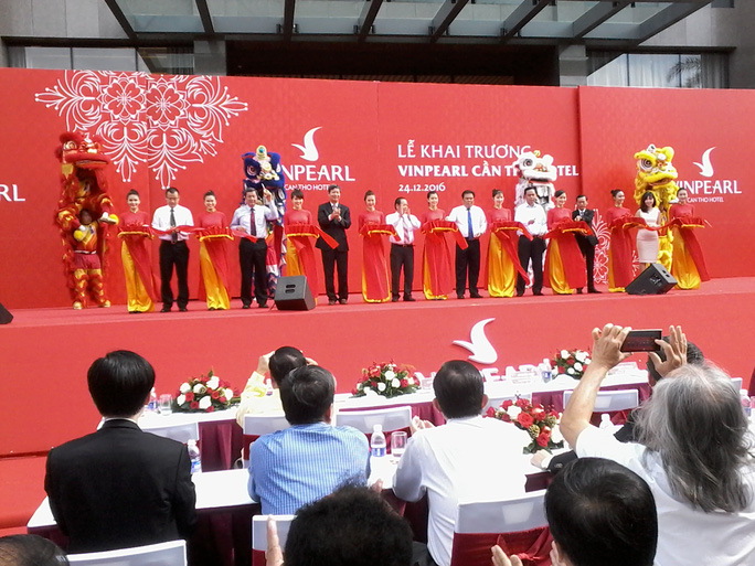 Lãnh đạo và nguyên lãnh đạo TP Cần Thơ cùng với đại diện Tập đoàn Vingroup tham gia lễ cắt băng khánh thành. Ảnh: CÔNG TUẤN