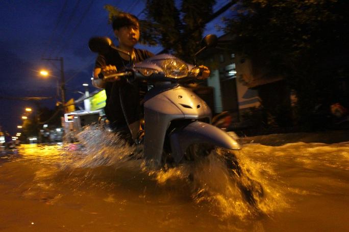 Hơn 18 giờ, triều cường đạt đỉnh khiến con đường Lê Văn Lương ngập sâu gần 1 m, các phương tiện lưu thông hết sức khó khăn.