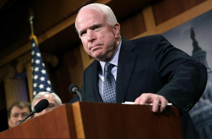 Thượng nghị sĩ tiếng tăm của đảng Cộng hòa John McCain (ảnh trên bên phải). Ảnh: CBS NEWS