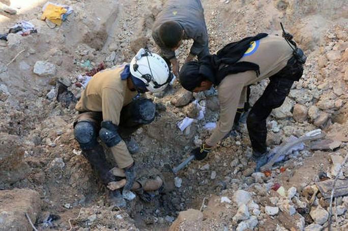 Lực lượng cứu hộ kéo một thi thể ra khỏi đống đổ nát ở TP Aleppo - Syria. Ảnh: AP