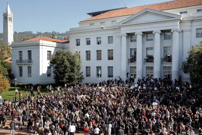 Học sinh, giáo viên ở California biểu tình phản đối ông Trump. Ảnh: Reuters