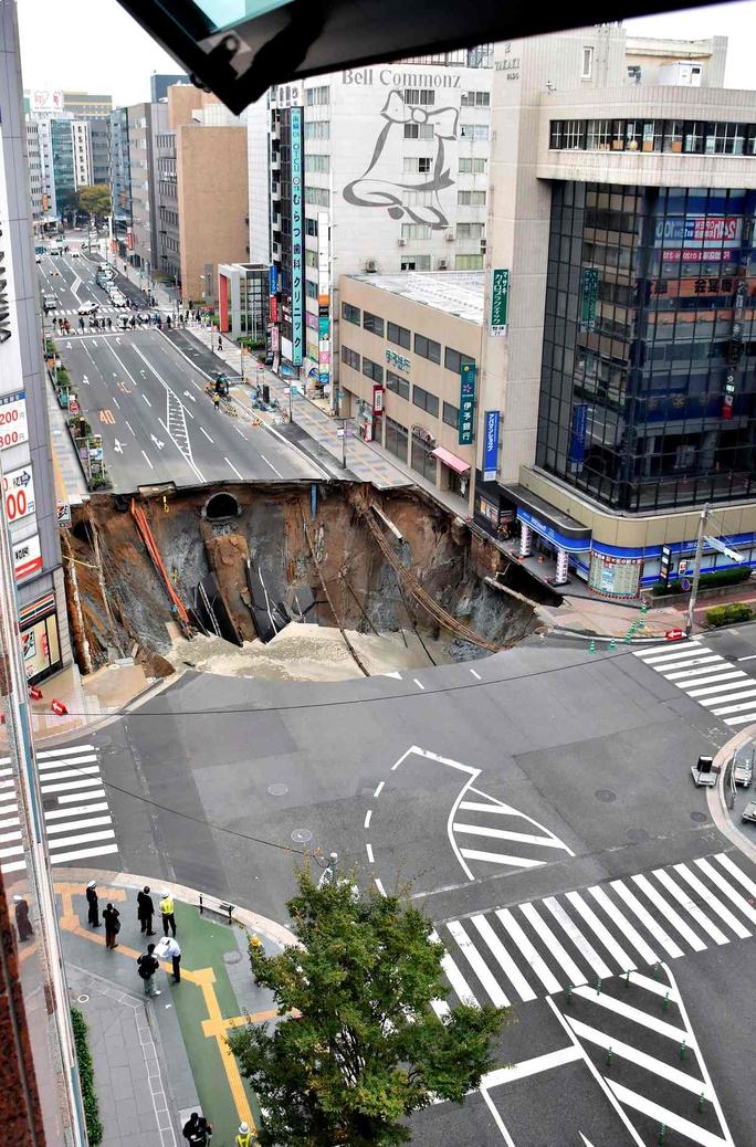 Hố tử thần tại TP Fukuoka - Nhật Bản. Ảnh: Kyodo