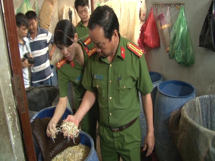 Lực lượng công an kiểm tra cơ sở làm giá đỗ bằng hóa chất