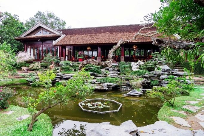 Cây cảnh, ao cá và những hòn non bộ nước chảy róc rách kết hợp với ngôi nhà kiến trúc Phương Đông khiến không gian sân vườn trở nên lãng mạn