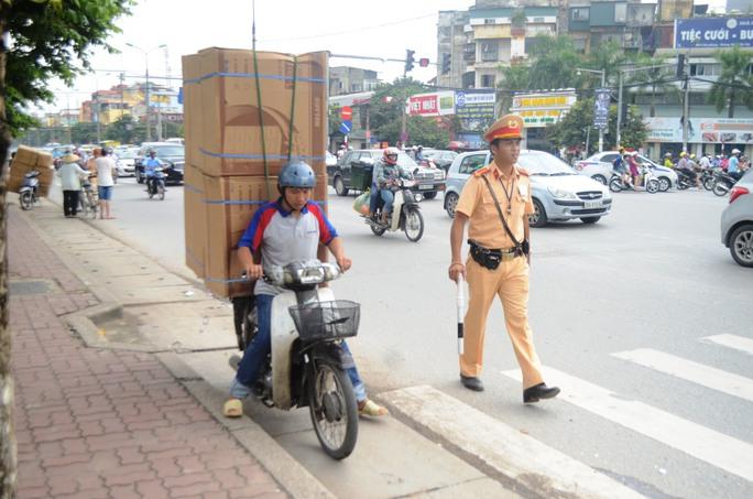 Nhiều xe máy chở hàng vượt quá đầu người bị CSGT kiểm tra và xử phạt