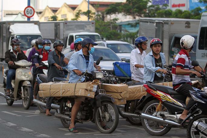 Hàng hóa cồng kềnh trên đường Võ Văn Kiệt, quận 5