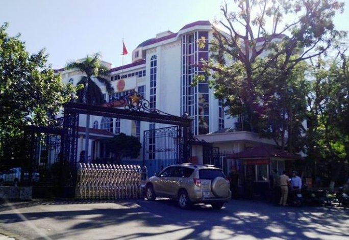 Chiếc ô tô do ông Lê Văn Tuấn điều khiển tông vào cổng UBND tỉnh Thanh Hóa