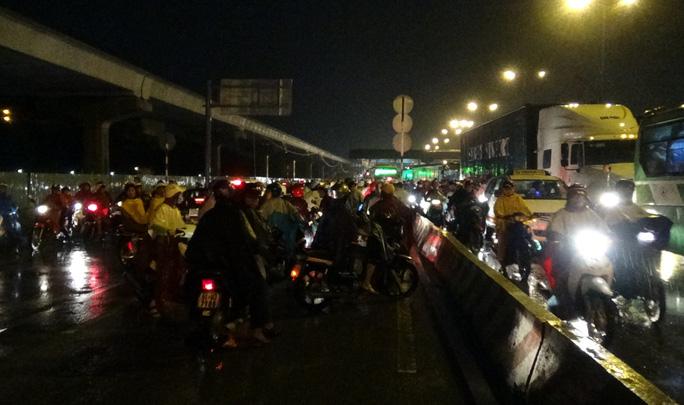 Nhiều xe máy khi đến khu vực chân cầu phải quay đầu xe để tìm đường khác để di chuyển hoặc lấn qua làn ô tô để lưu thông.