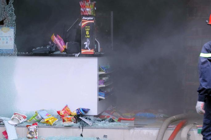Hàng hóa vương vãi tại hiện trường vụ cháy.