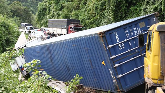 Vụ tai nạn khiến đầu xe container treo lơ lửng dưới vực.