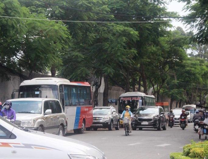 Do không được vào đoạn đường cấm, nhiều xe khách phải dừng bên đường