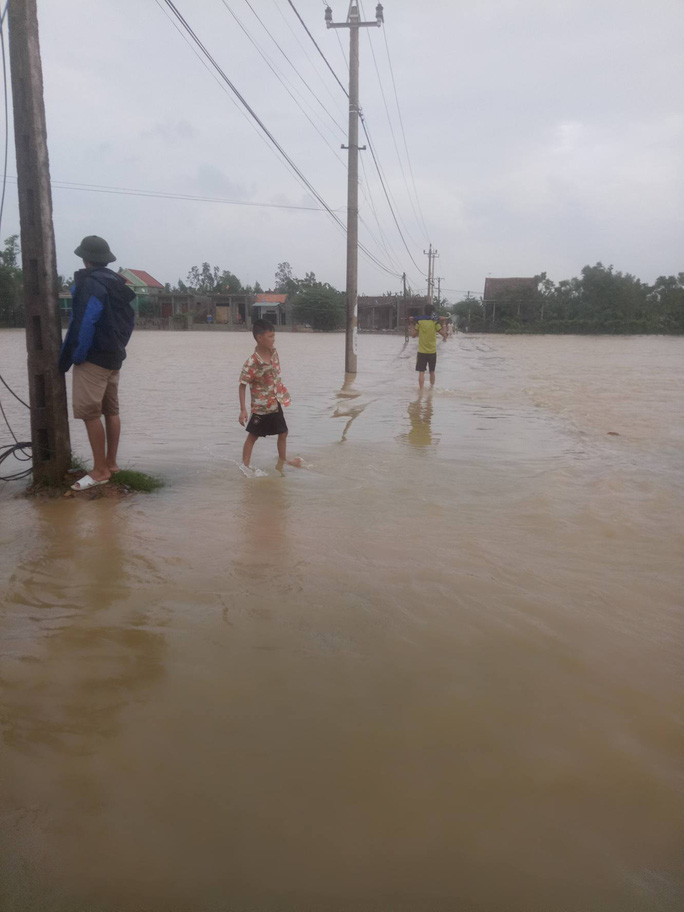 Người dân xã Quảng Hải bì bõm lội nước (ảnh Minh Tuấn)