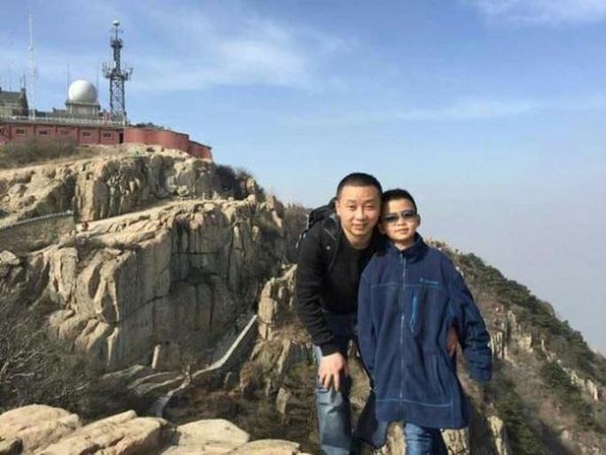 Yinpeng và cha (bên trái). Ảnh: WEIBO