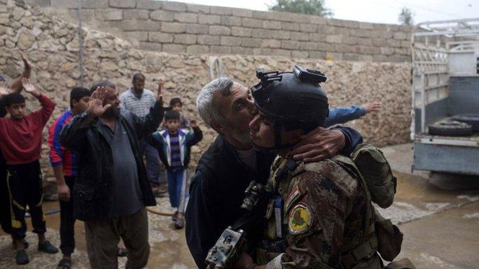 Quân đội Iraq được chào đón sau khi giải phóng khu vực phía Đông Mosul. Ảnh: AP