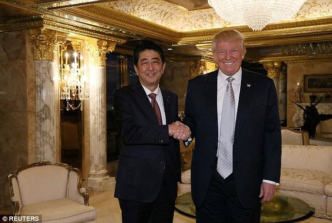 Ông Trump (phải) và ông Abe tại Tháp Trump hôm 17-11. Ảnh: REUTERS