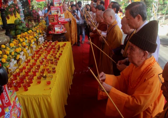 Các đại biểu làm lễ cầu siêu cho các nạn nhân tử vong sau TNGT