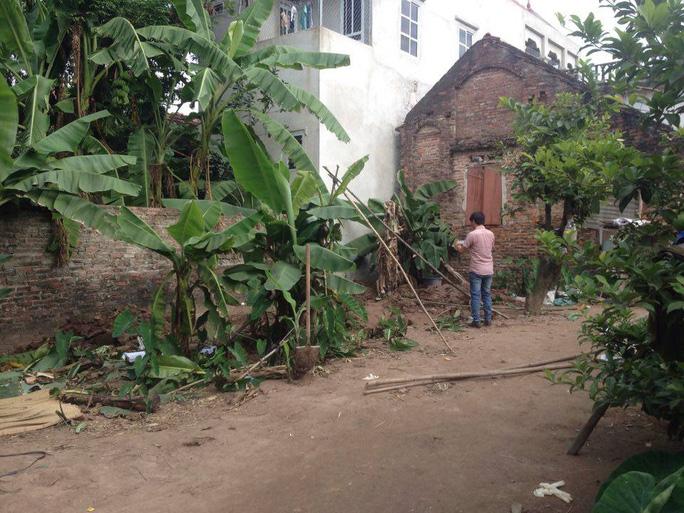 Hai cháu bé được chôn ngay gần ngôi nhà