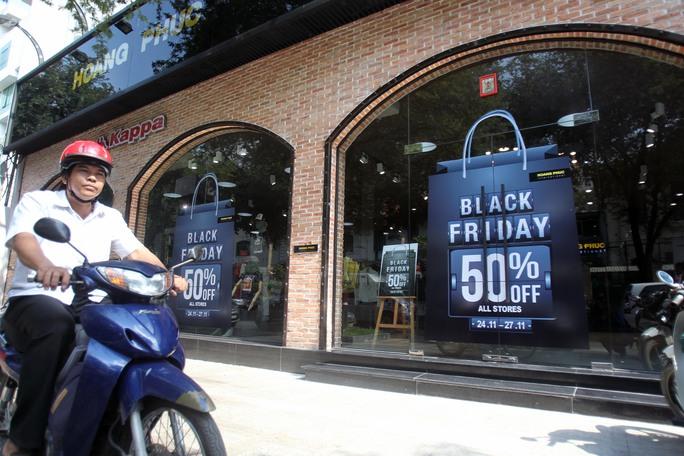 Khác với chuỗi cửa hàng thời trang Hoàng Phúc trong các trung tâm thương mại, cửa hàng Hoàng Phúc trên đường Nam Kỳ Khởi Nghĩa lại vắng khách hơn