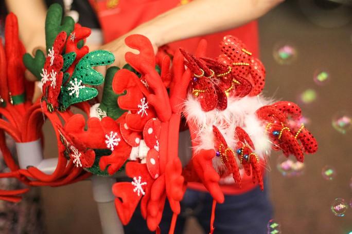 Nhiều đồ vật mang sắc màu Noel cũng đã xuất hiện.