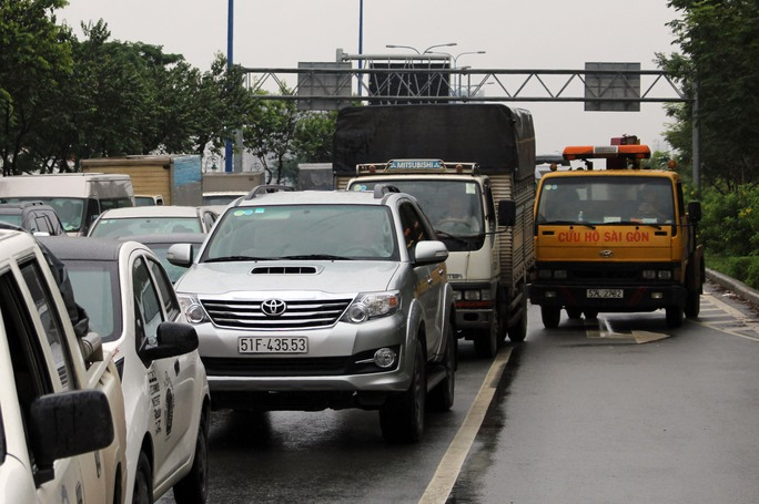 Vụ tai nạn gây ra tình trạng kẹt xe kéo dài.