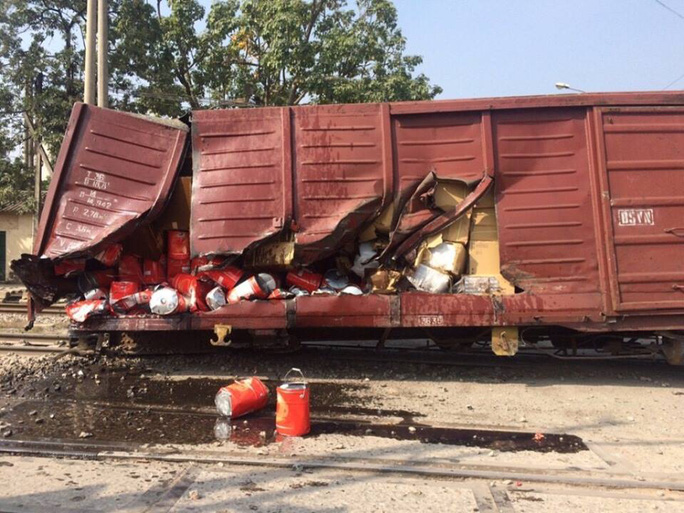Nhiều hàng hóa bị hư hỏng sau sự cố đường sắt - Ảnh: CTV