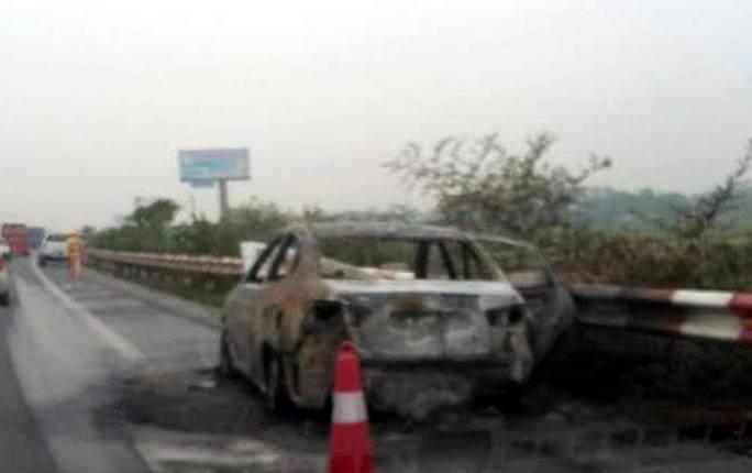 Chiếc xe 4 chỗ bị thiêu rụi sau đám cháy