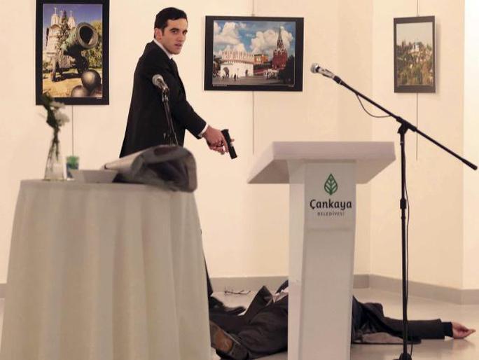 Altintas trong trạng thái kích động khi bắn chết ông Karlov (nằm dưới sàn). Ảnh: AP