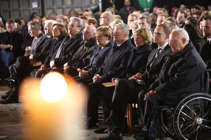Bà Merkel (giữa) tham dự lễ tưởng niệm tại nhà thờ Kaiser Wilhelm Memorial. Ảnh: REUTERS