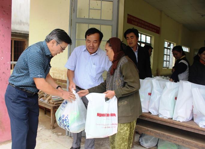 Trao quà cứu trợ cho người dân