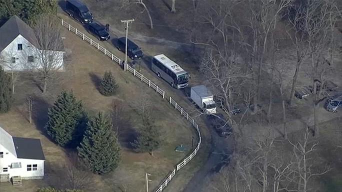 Xe chở hành lý rời khỏi khu nhà của Nga ở bang Maryland. Ảnh: AP, DAILY MAIL