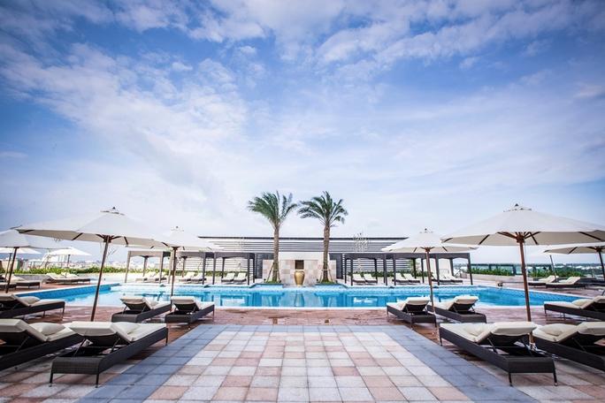 Hồ bơi kết hợp cùng quầy bar ngoài trời tại tầng 6 sẽ là không gian giải trí lý tưởng cho du khách. Ảnh: T.CHI