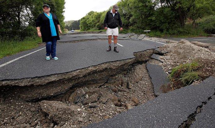 Đường xá hư hại nặng nề. Ảnh: Reuter