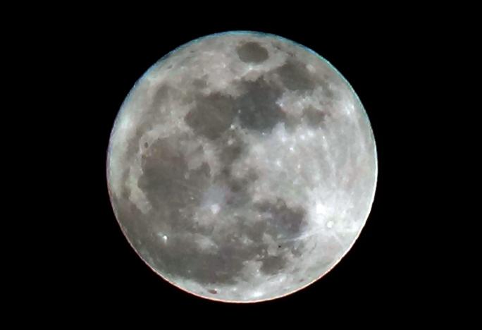 Cận cảnh siêu trăng thế kỷ. Trong sự kiện đặc biệt này, mặt trăng lớn hơn 14% và sáng hơn 30% so với trăng tròn thông thường.