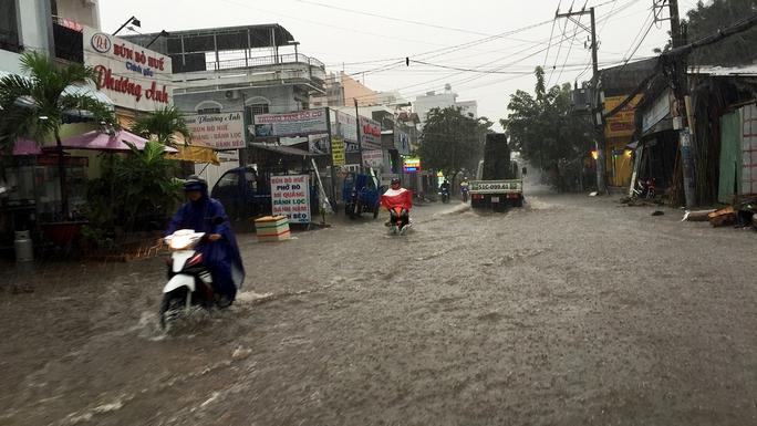 Đường Lâm Văn Bền đang dần bị nước ngập sâu