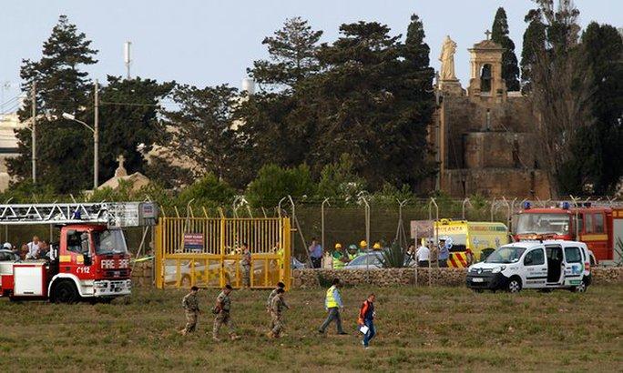 Các nhân viên cứu hộ tại hiện trường ở Malta. Ảnh: Reuters