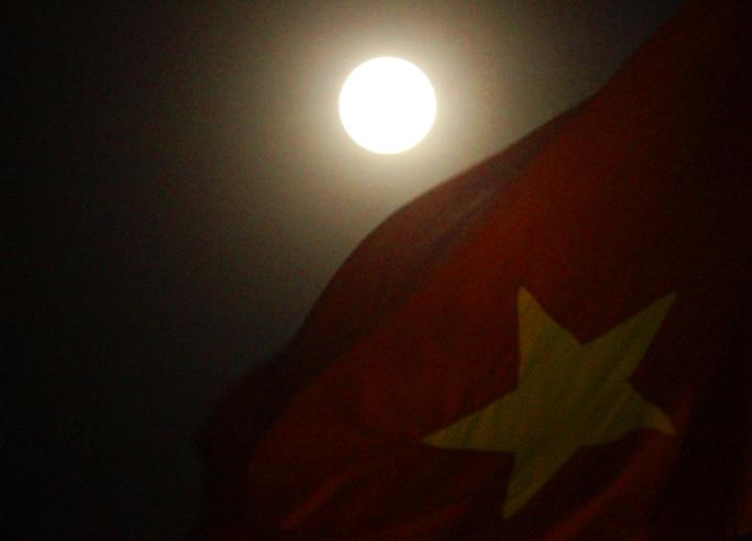 """Hình ảnh siêu trăng vào khoảng 19 giờ tối trên đường Tôn Đức Thắng (quận 1). Siêu mặt trăng hay còn gọi là """"trăng non cận điểm"""" hoặc """"trăng tròn cận điểm"""" là một hiện tượng thiên văn xuất hiện lúc trăng mới mọc hoặc trăng tròn trùng khớp với điểm gần trái đất nhất trên quỹ đạo của mặt trăng."""