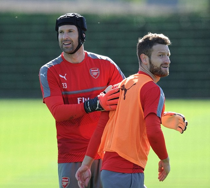 Thủ môn Cech và trung vệ Mustafi