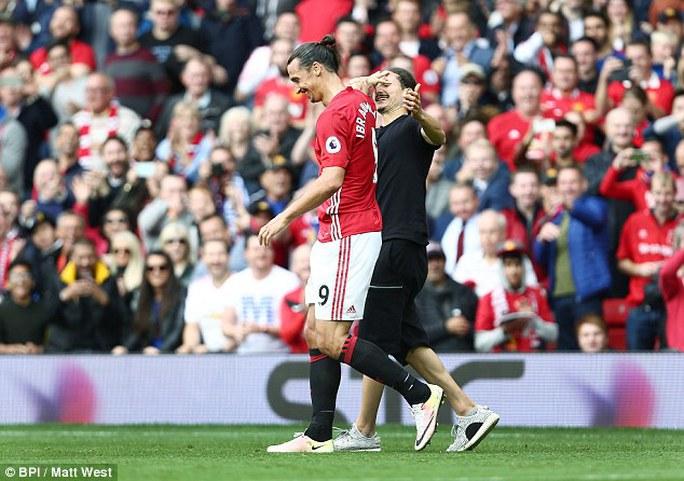 Khi không được Ibrahimovic đáp lại tình cảm, CĐV này đã lao vào ôm