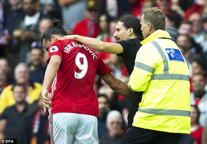 """""""Hàng nhái"""" Ibrahimovic náo loạn Old Trafford"""