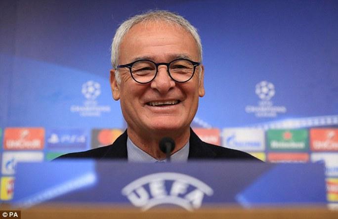 Trái với vẻ căng thẳng của đồng nghiệp bên phía Porto, HLV Ranieri tươi cười trong buổi họp báo