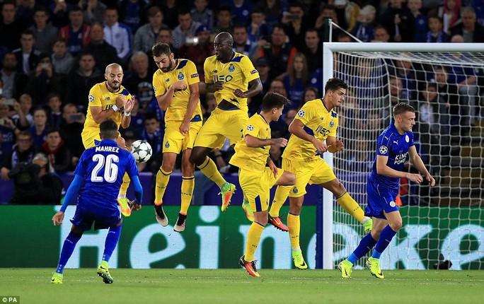 Mahrez tìm kiếm bàn thắng từ cú sút phạt hàng rào
