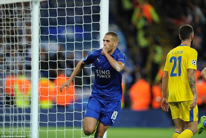 Slimani lại ghi bàn vào lưới Porto nhưng lần này trong màu áo Leicester