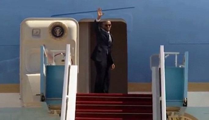 Tổng thống Obama lên máy bay trước. Ảnh: Daily Mail
