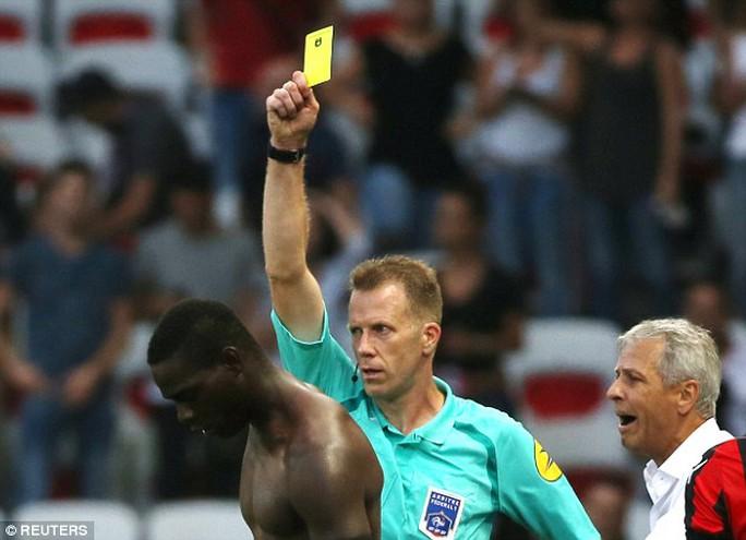 Balotelli nhận thẻ vàng đầu tiên vì ăn mừng quá đà