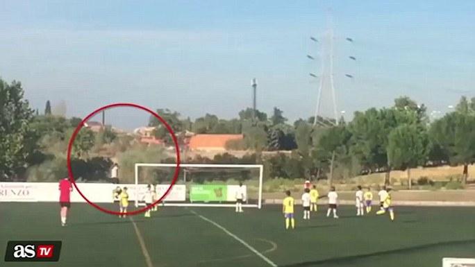 Ronaldo (trong vòng tròn) chạy vòng sân để nhặt bóng phục vụ trận đấu của con trai