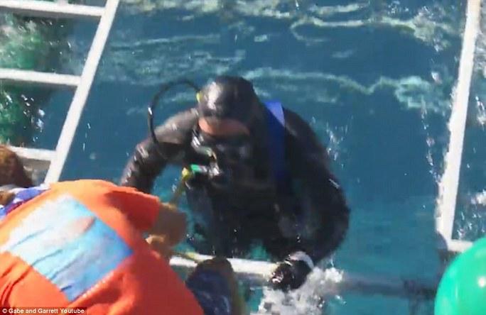 Người thợ lặn may mắn bình an vô sự sau sự cố thót tim. Ảnh: Gabe and Garrett Youtube