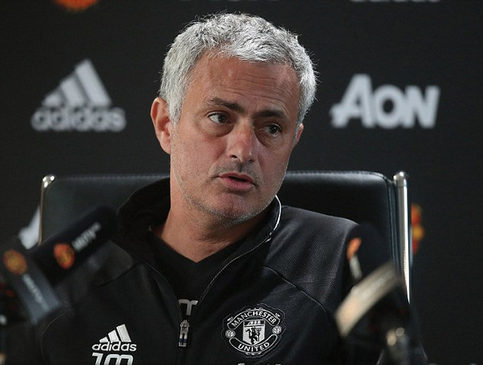 HLV Mourinho trong buổi họp báo