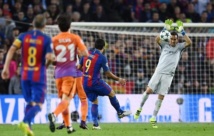 Thủ môn Bravo của Man City phạm sai lầm trong trận lượt đi khiến Man City vỡ trận