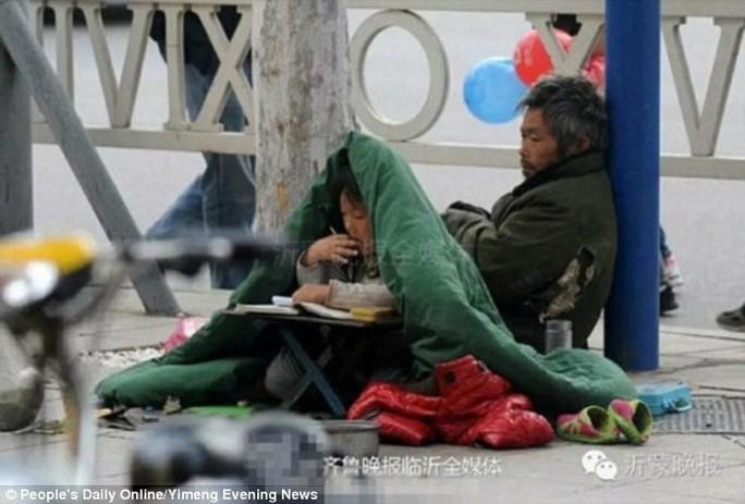 Cô bé luôn nhận được sự chú ý của người đi đường.Ảnh: Peoples Daily
